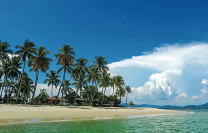 04.房岛Koh Hong  绝美的风景和最好的皮划艇游玩之处,这就是房岛。房岛位于大长岛与甲米的澳南湾之间,有一片细腻的白色小沙滩,从这里的沙滩往外看,可以看到很不一样的海岛风景线。房岛最奇特的地方在于岛中央有一片山脉被侵蚀的浅水洼地,就像一间房子一样,这就是房岛名字的由来。也有人根据发音把这个岛称为割喉岛。透过两扇山峰之前的狭窄入口,可以进入岛中央的这片浅水洼地,几乎每个来到房岛的人都会划船或坐着长尾船去一探究竟。每天一大早就会有许多人来到这里,在湖光山色中享受愉快的皮划艇运动。 05.
