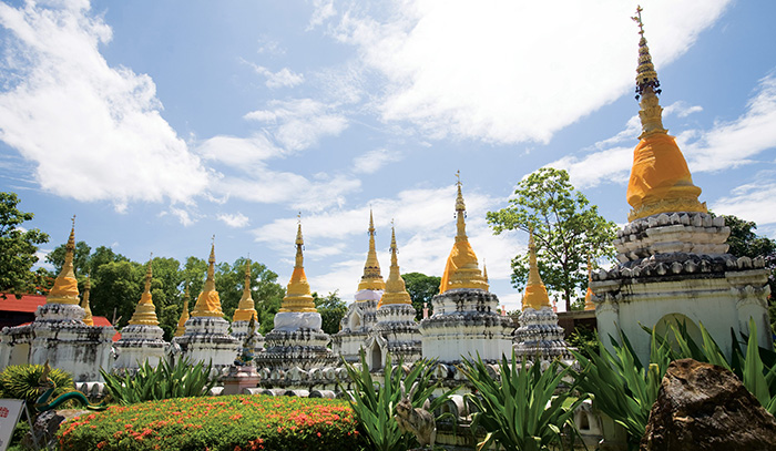 这座寺庙里有一座很特别的实心金佛像,高38厘米,重1507克,制成于15世纪,传说其头部嵌有一块佛祖头骨舍利,胸部里有一片刻有巴里雨的金棕榈叶,发迹线和长袍线都镶满了贵重的宝石。Sao在泰北方言中意为20,这座寺庙里共有20座白色的佛塔。